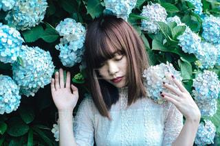 花を持っている人の写真・画像素材[2301421]