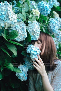 花を持っている人の写真・画像素材[2301422]