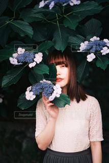 花を持っている人の写真・画像素材[2301429]
