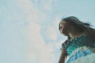 青い空の少女の写真・画像素材[1132538]