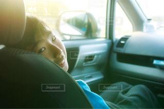 車に座る人の写真・画像素材[1137291]