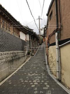 れんが造りの建物の前の狭い通り - No.1140581