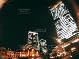 夜のライトアップされた街の写真・画像素材[1032160]