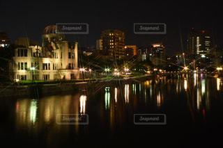 川面に輝く原爆ドームの写真・画像素材[1047090]