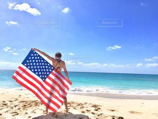 白砂のビーチに立っている人 - No.1032928
