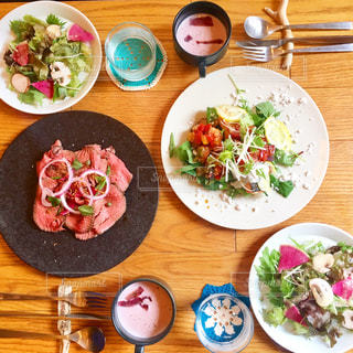 木製のテーブルの上に食べ物のプレートの写真・画像素材[1035601]