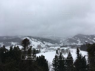 背景の山と木の写真・画像素材[1052136]