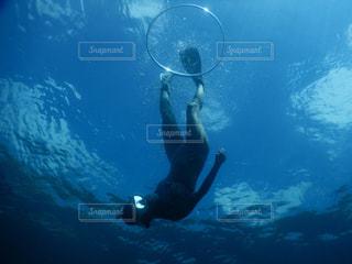水の中を泳いでいる人の写真・画像素材[1145391]