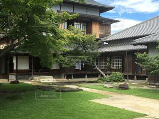 家の前に広い芝生の写真・画像素材[1033001]