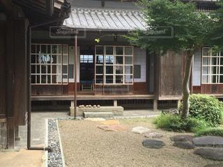 建物の前にベンチの写真・画像素材[1033006]