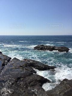 波が打ち寄せる岩場の写真・画像素材[1032533]