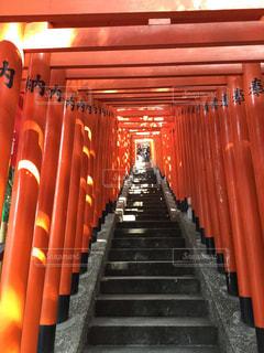 クローズ アップのバック グラウンドでのオレンジ色の壁と日枝神社の写真・画像素材[1032541]