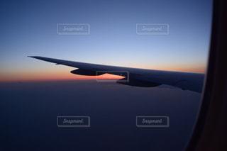 飛行機 窓越しの景色の写真・画像素材[1032699]
