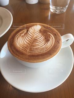 テーブルの上のコーヒー カップ - No.1033009