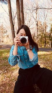 森の中、selfie を取る女性の写真・画像素材[1240067]