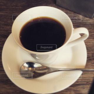 テーブルの上のコーヒー カップの写真・画像素材[1033350]