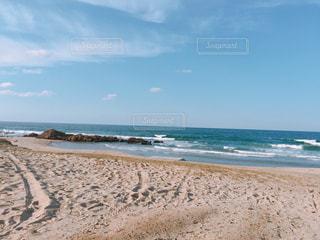 海の横にある砂浜のビーチの写真・画像素材[1090343]