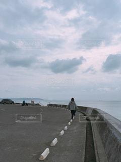 海岸沿いを歩く人の写真・画像素材[2931506]