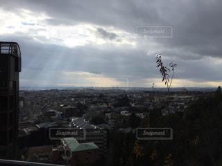 曇りの日の都市の景色の写真・画像素材[1033575]