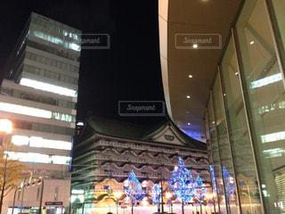 建物の前にステージ上を実行する人々 のグループの写真・画像素材[1033578]