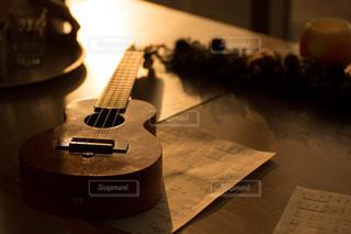 木製テーブルの上のウクレレの写真・画像素材[1033833]