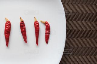 ナイフで赤と白のプレートの写真・画像素材[1055270]