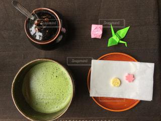 テーブルの上の抹茶の写真・画像素材[1055760]