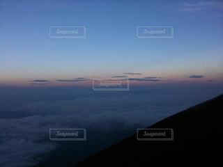 近くに空には雲の上の写真・画像素材[1033892]