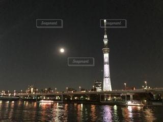 スカイツリーと満月の写真・画像素材[1044316]