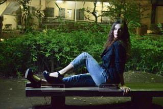 公園のベンチに座っている人 - No.1034092