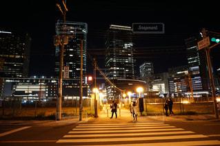 夜のライトアップされた街の写真・画像素材[1034053]