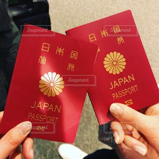 パスポートを持っている手の写真・画像素材[1071969]