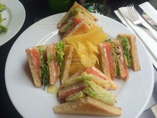 白プレート、サンドイッチの写真・画像素材[1084776]