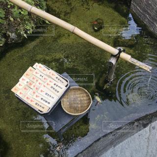 近くに噴水のアップの写真・画像素材[1232056]