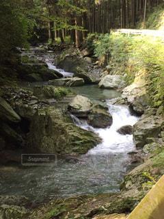 岩が多い崖の上の大きな滝の写真・画像素材[1034355]