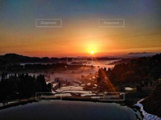 雪の覆われた山々 に沈む夕日の写真・画像素材[1034409]