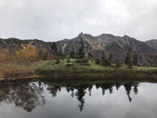 背景の山と水体の写真・画像素材[1034965]