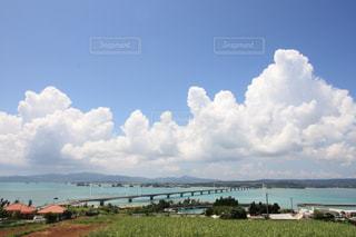 水体の上空で雲のグループの写真・画像素材[1036945]
