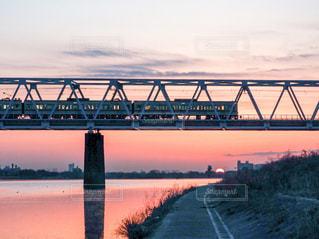 鉄橋を渡る列車の写真・画像素材[1034820]