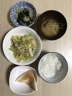 板の上に食べ物のボウル今日の晩ご飯 - No.1034575