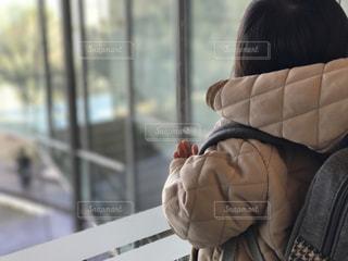 ガラス越しに見つめる娘 - No.1035214