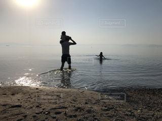 ビーチに立っている人 - No.1038156