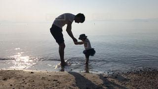 ビーチに立っている親子 - No.1038157