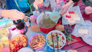 食品のプレートをテーブルに座っている人々 のグループ - No.1199382