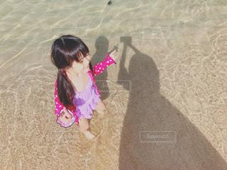 砂の中に立っている少女の写真・画像素材[1272008]