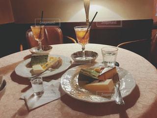 テーブルな皿の上に食べ物のプレートをトッピングの写真・画像素材[1272011]