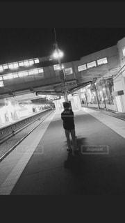 終電待ち 佇む男の写真・画像素材[1057127]