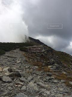 岩が多い丘の上の雲のグループ - No.1037540
