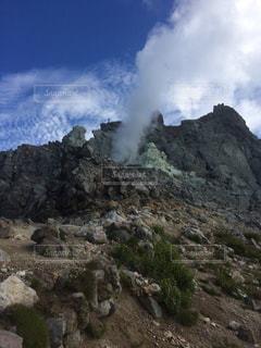 背景の木と岩が多い山の写真・画像素材[1039708]