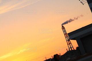 街に沈む夕日の写真・画像素材[1034978]